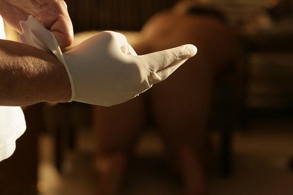 Медицинская перчатка на руке