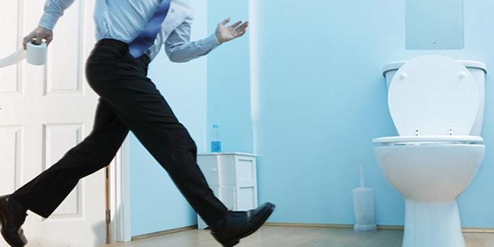 Мужчина бежит в туалет