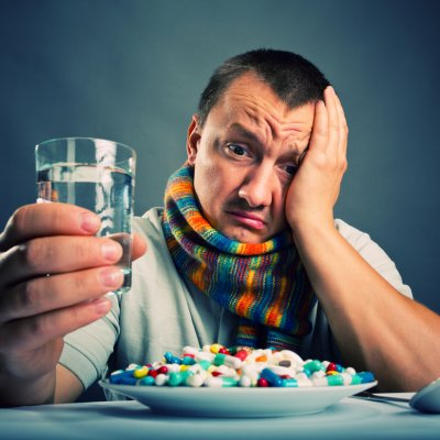 Стакан воды и тарелка с таблетками