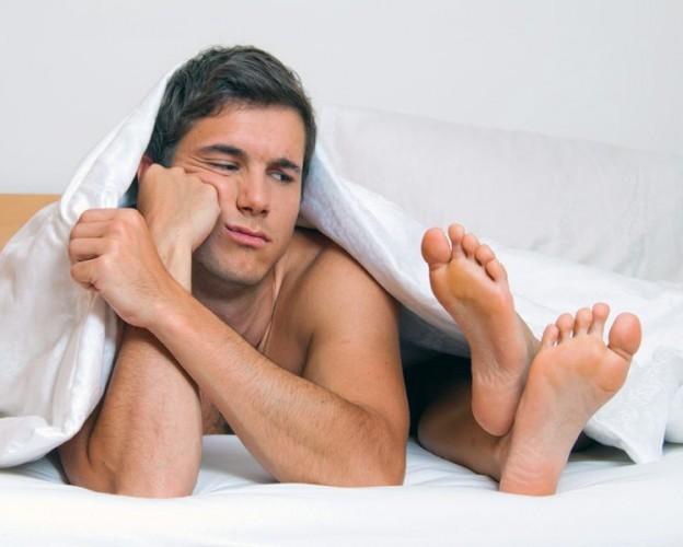 Мужчина и женские ступни