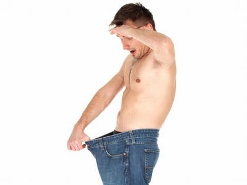 Мужчина смотрит в штаны