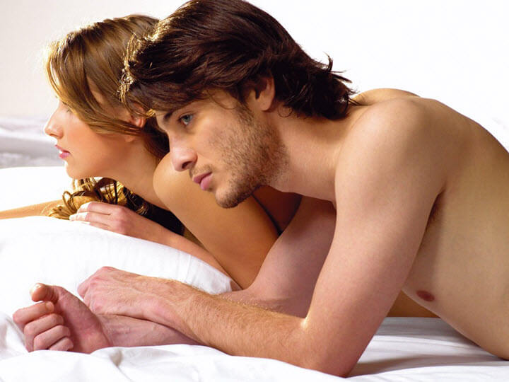 Парень и девушка лежат