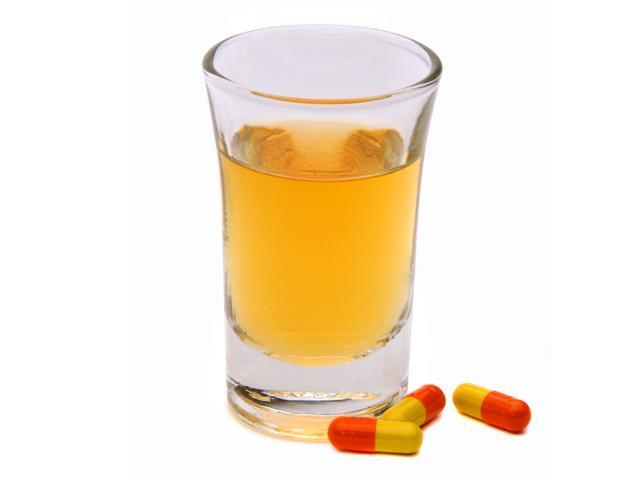 Желто-красные таблетки и горячительный напиток