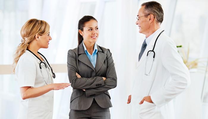 Два врача и женщина