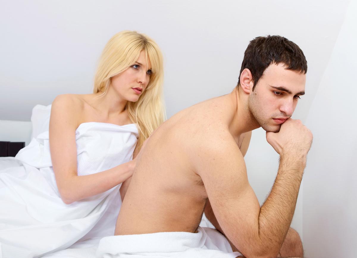 Недовольные женщина и мужчина в кровати