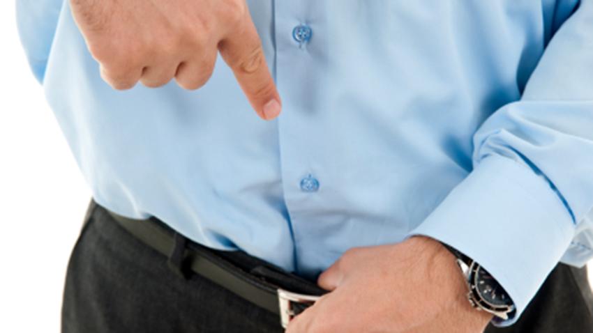 Мужчина показывает пальцем на ремень
