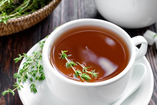Чай в белой кружке и трава