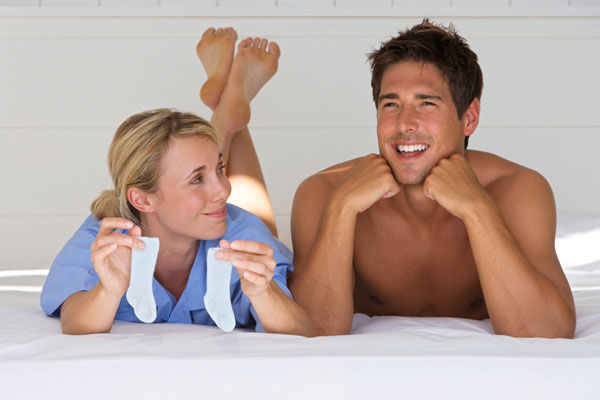 Женщина с детскими носками и мужчина