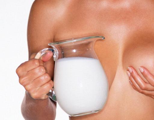 Кувшин молока и женская грудь