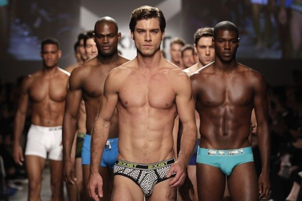 Мужчины-модели в трусах