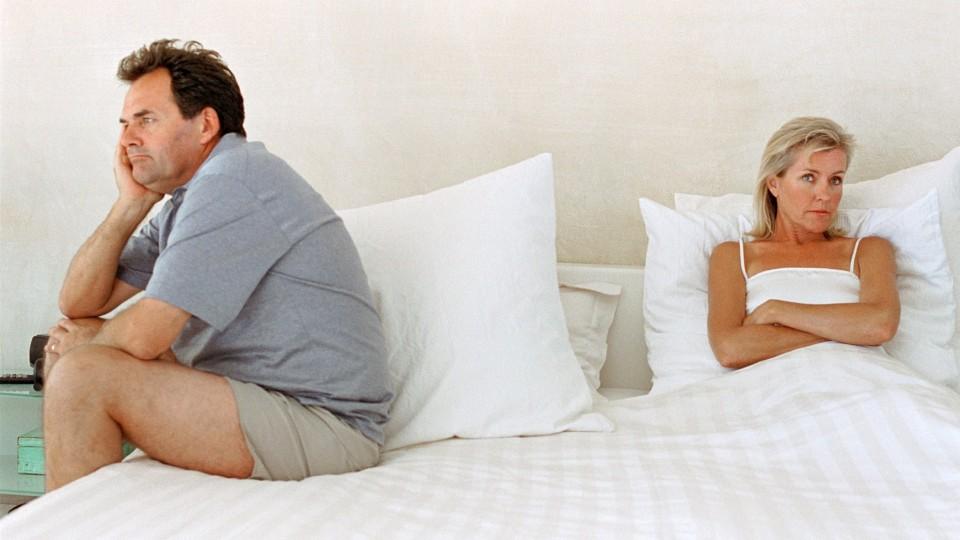Пожилая пара в кровати