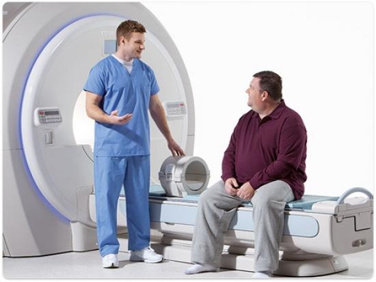 Толстый мужчина и врач