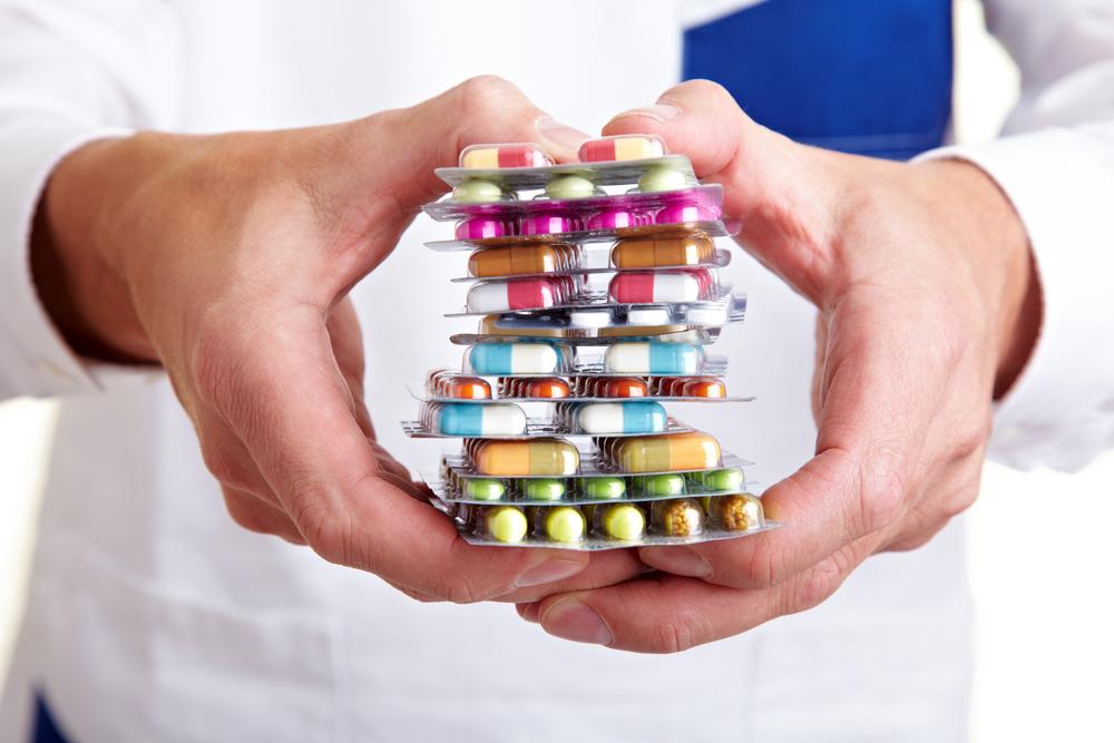 Куча таблеток в руках