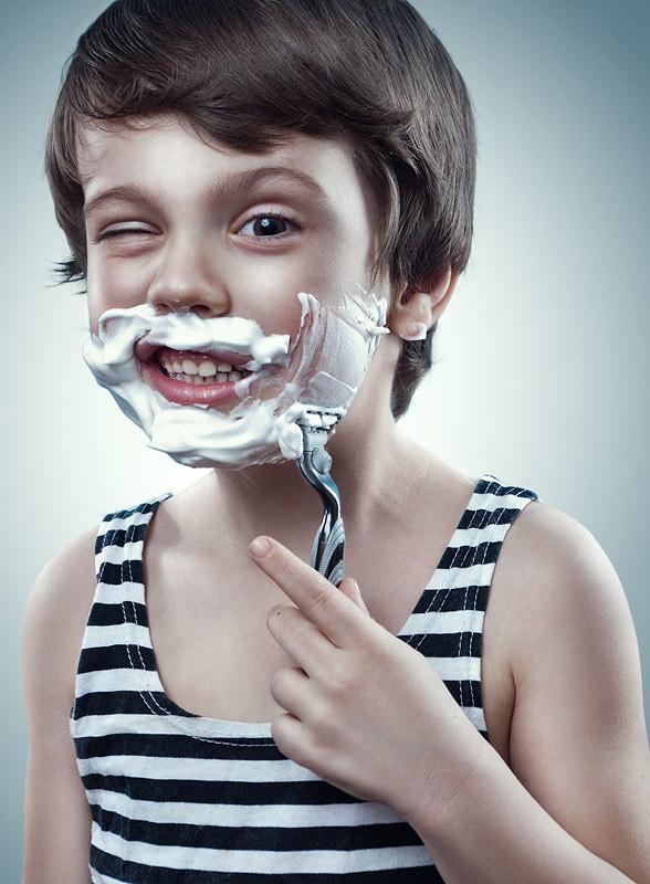 Мальчик бреет лицо