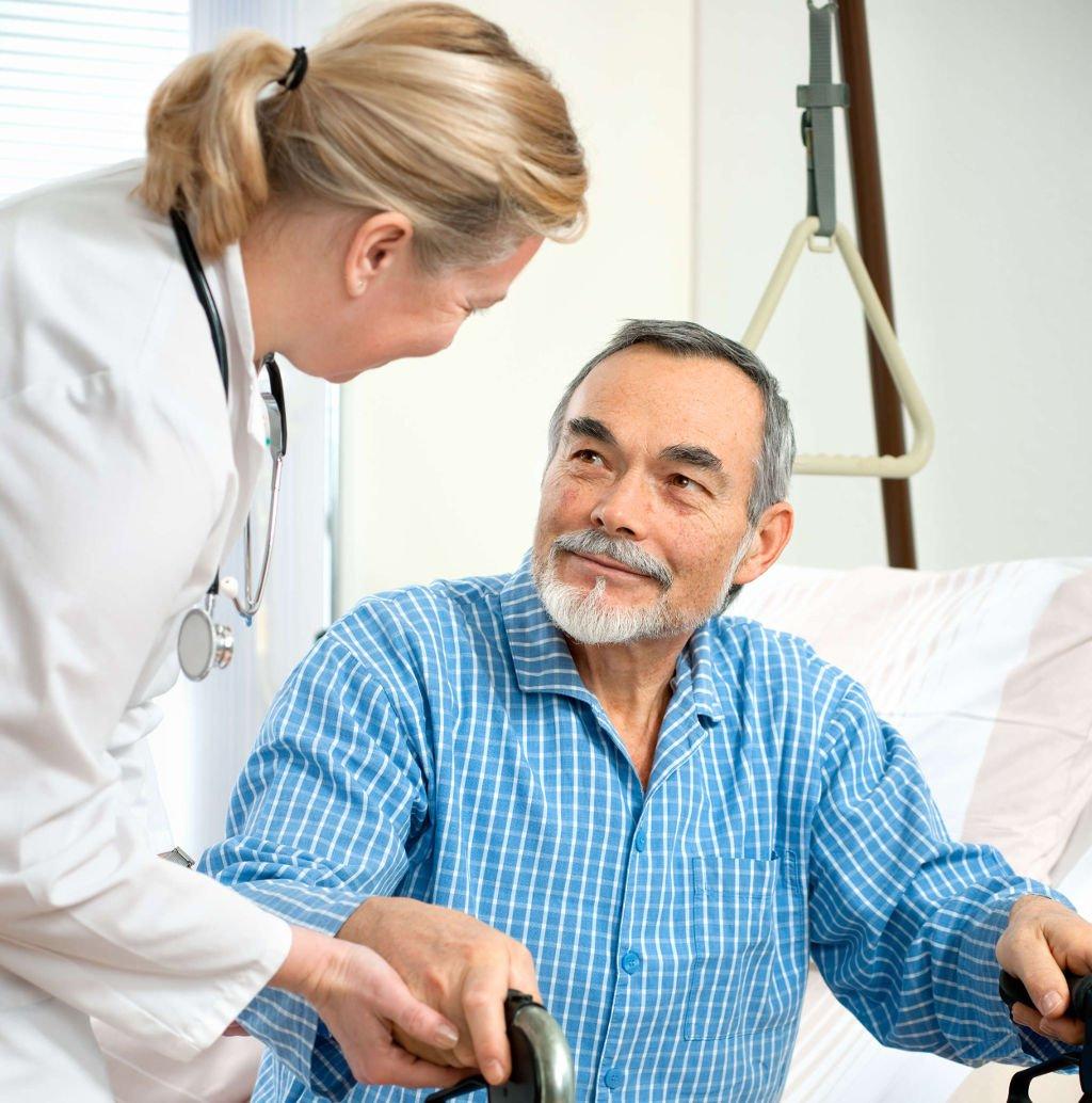 Доктор и пожилой пациент