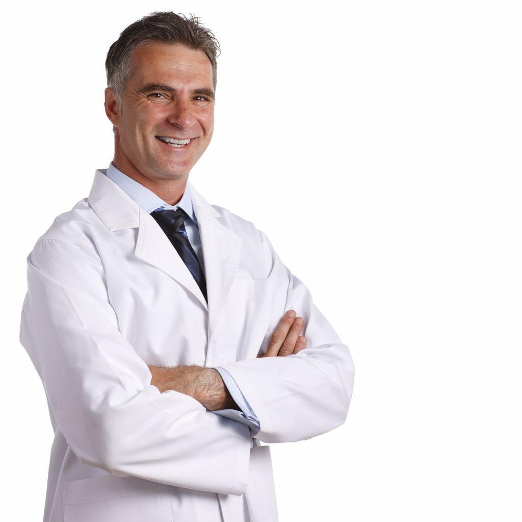 Мужчина-врач улыбается