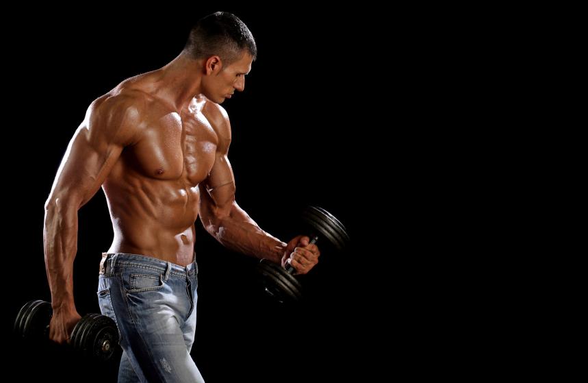 Спортивный мужчина с гантелями