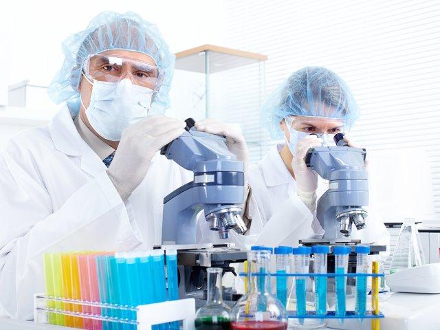 Лаборанты с микроскопами