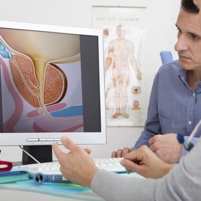 Доктор и пациент смотрят на экран