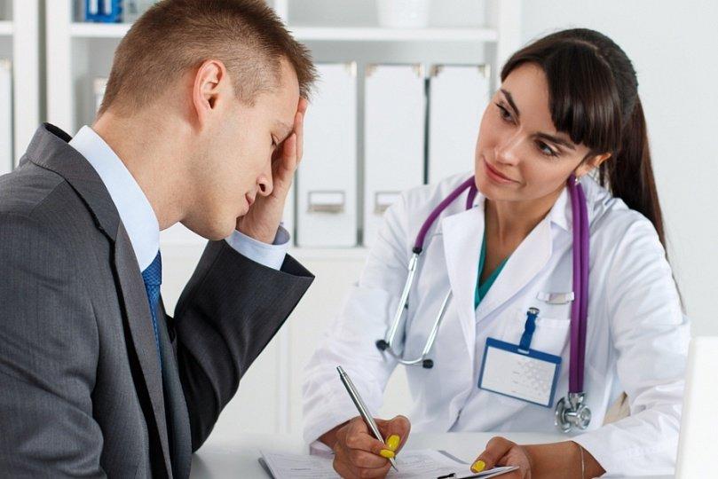 Мужчина в костюме у врача