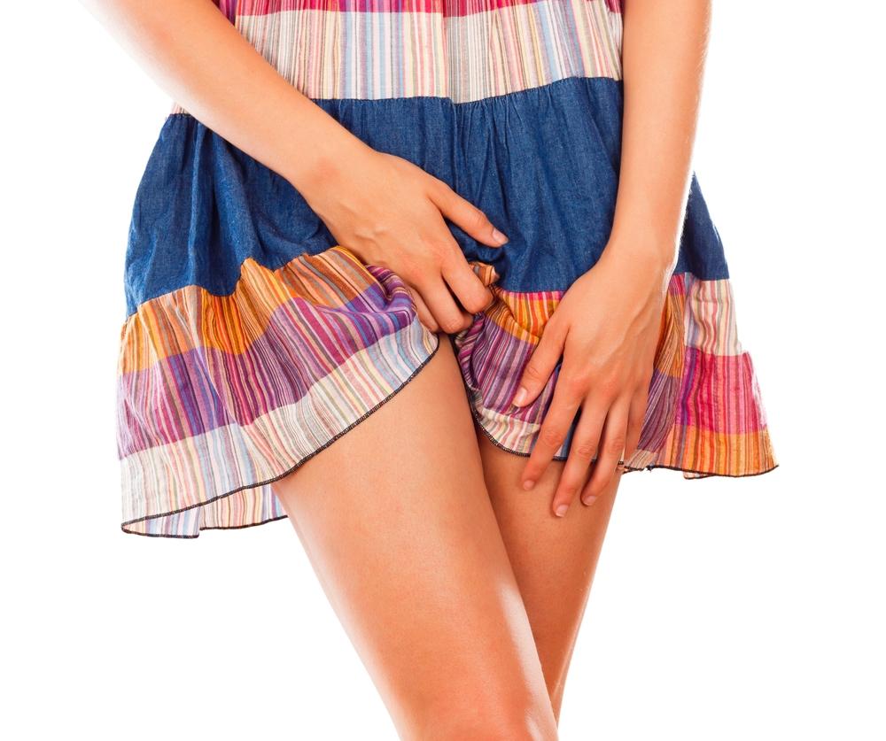 Девушка задирает юбку